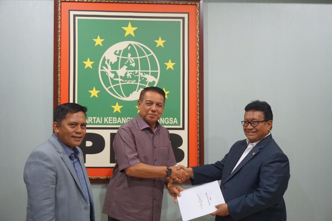 FOTO : Usman Ermulan saat menyerahkan cv dan visi misi ke Bendum DPP PKB Nur Yasin di dampingi Ketua DPW PKB Sofyan Ali