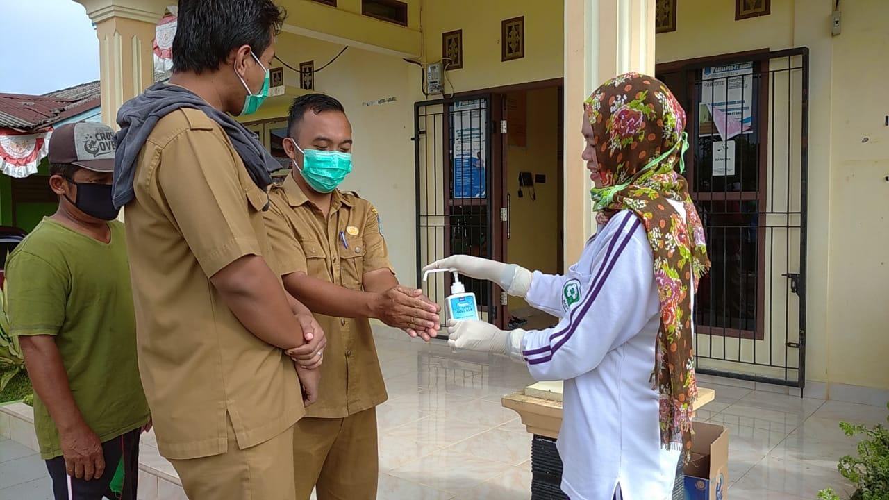 FOTO : Warga saat menggunakan hand sanitizer